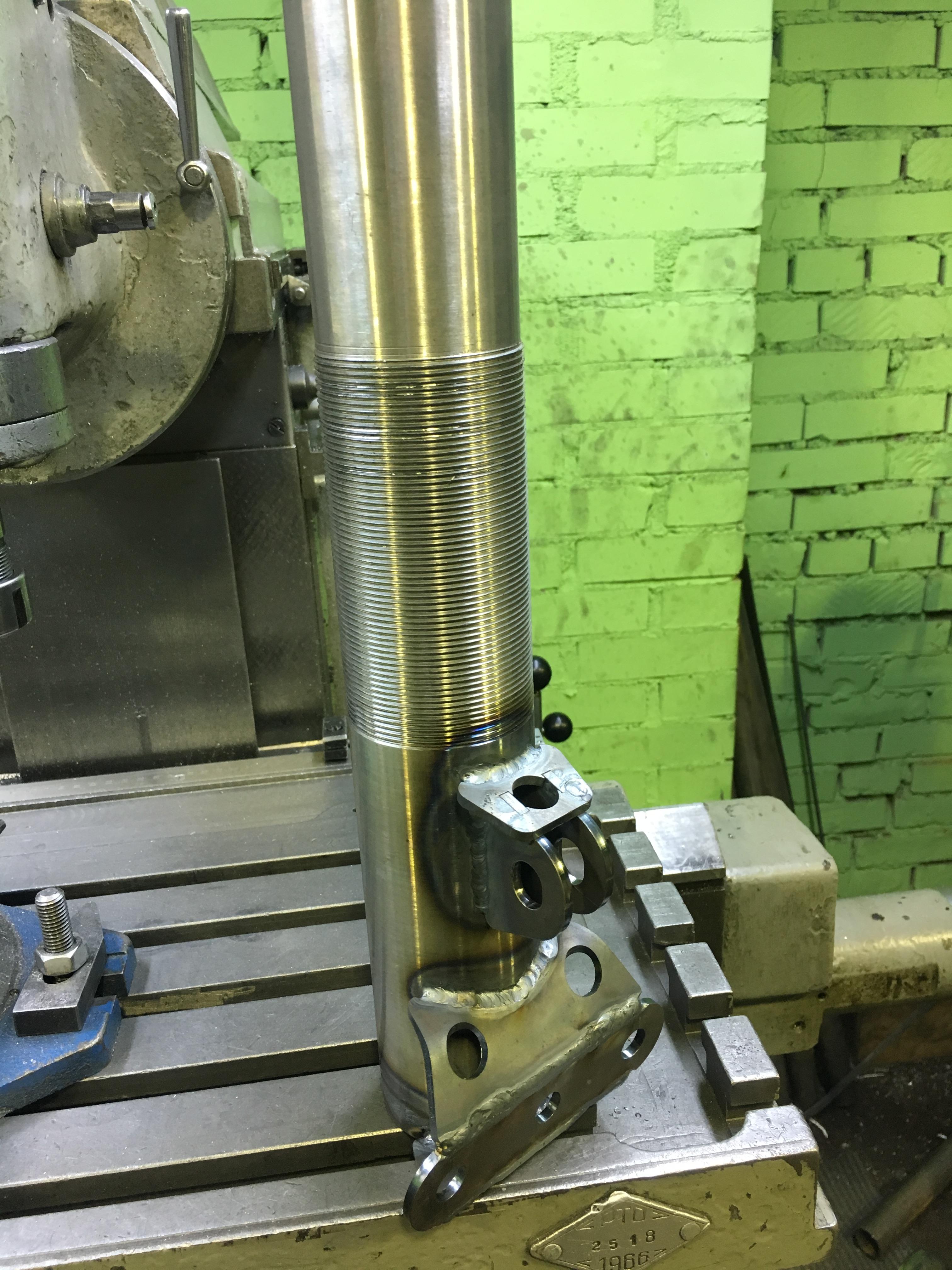 Корпус амортизатора после сварки попадает в гальванику, где покрывается цинком.